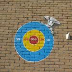 gooi de bal in de roos muurschildering op de Schepershoek