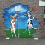 muurschildering koeien spelen basketbal geschilderd op een muur buiten bij basisschool de Klaroen in Tienhoven